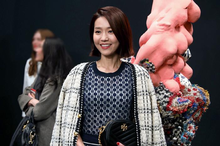 2020년 2월 9일 뉴욕에서 열린 토리버치 패션쇼에 참석한 이진. 게티이미지 뱅크