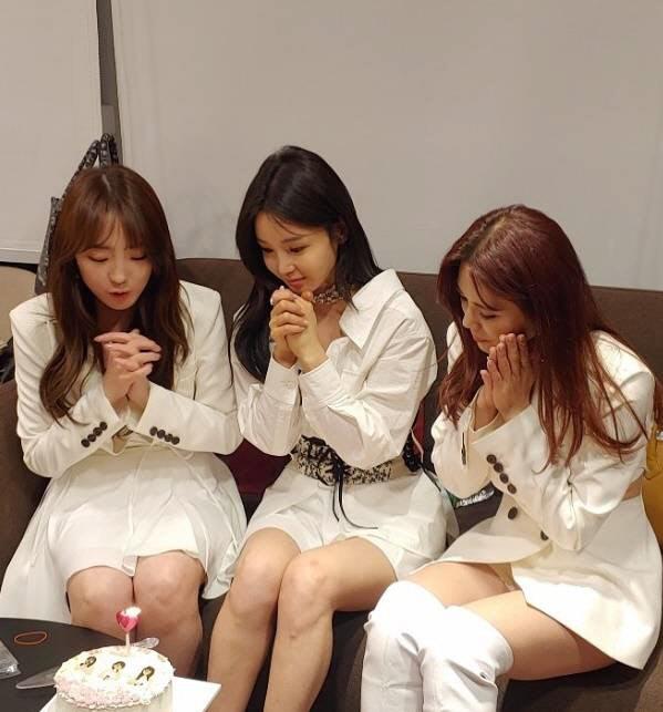 '슈가맨3' 완전체 무대 녹화를 자축하고 있는 씨야 멤버들, 이보람, 남규리, 김연지(왼쪽부터). 사진 이보람SNS