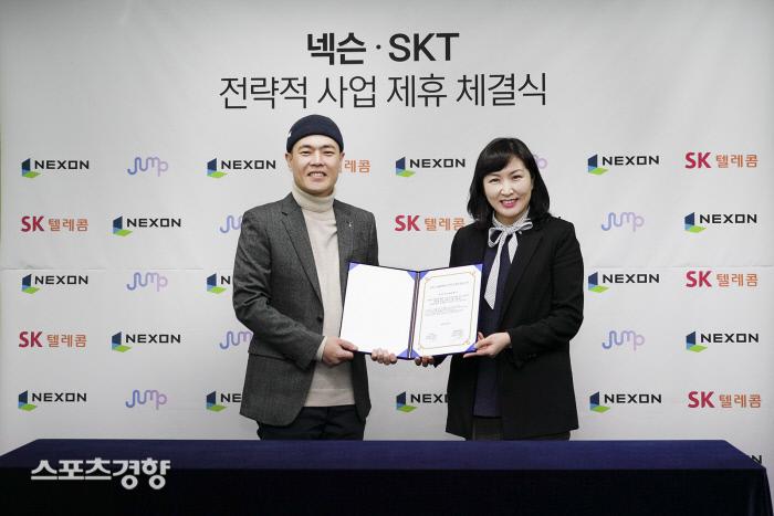 SK텔레콤과 넥슨은 양사가 보유한 콘텐츠 및 상품 서비스의 공동 마케팅 및 투자에서 상호 협력하는 MoU를 체결했다고13일 밝혔다. 넥슨 김현 사업총괄 부사장(왼쪽)과 SK텔레콤 전진수 5GX서비스사업본부장.